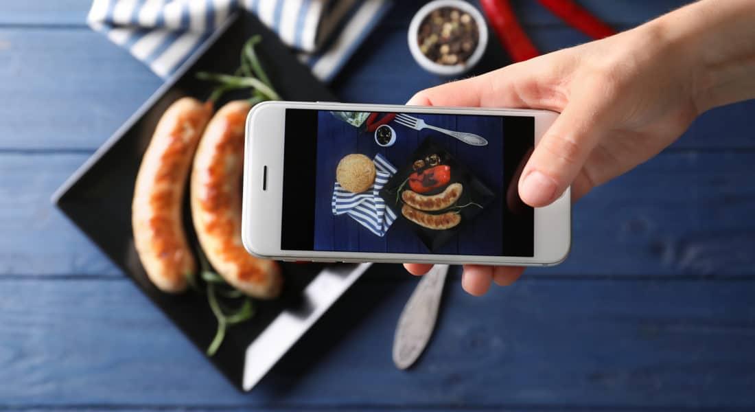 Quảng bá nhà hàng rộng rãi thông qua các thiết bị truyền thông, công nghệ